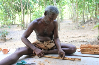 Hombre en Sri Lanka escribiendo su propia vida